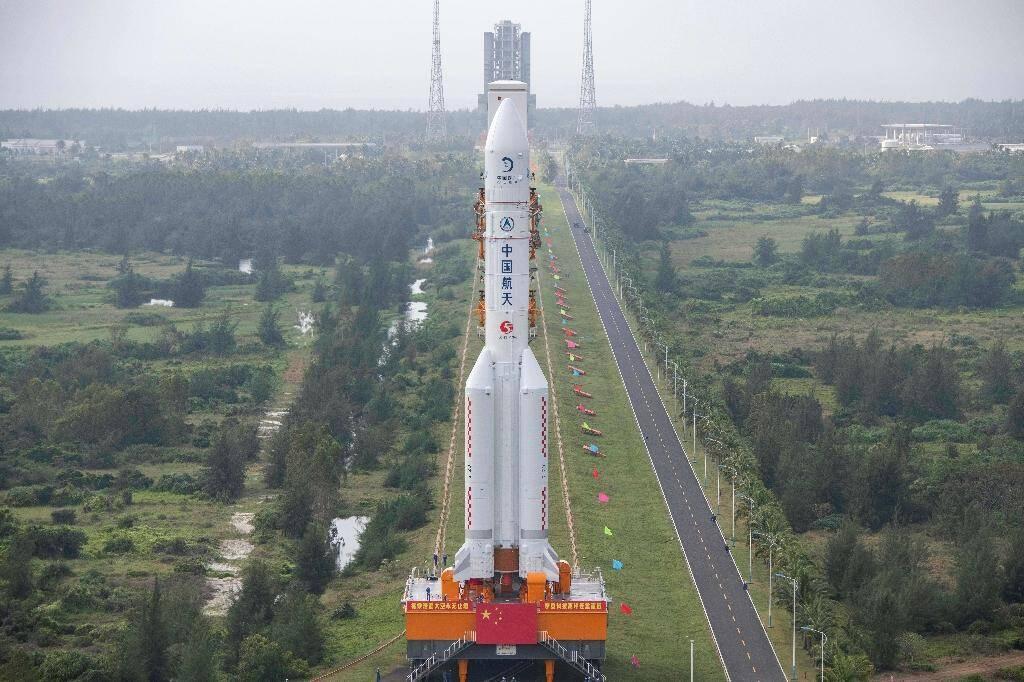 La fusée Longue-Marche 5 acheminée vers son pas de tir au centre spatial de Wenchang, dans le sud de la Chine, le 17 novembre 2020