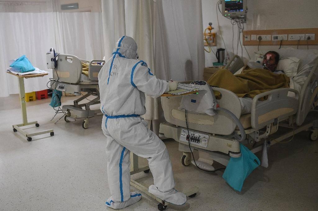 Une équipe médicale s'occupe d'un patient atteint du Covid-19 dans une unité de soins intensifs à l'hôpital Max, à New Delhi, le 21 novembre 2020