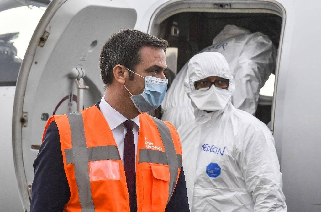 Le ministre de la Santé Olivier Véran près d'un avion médical à Bron, près de Lyon, le 16 novembre 2020