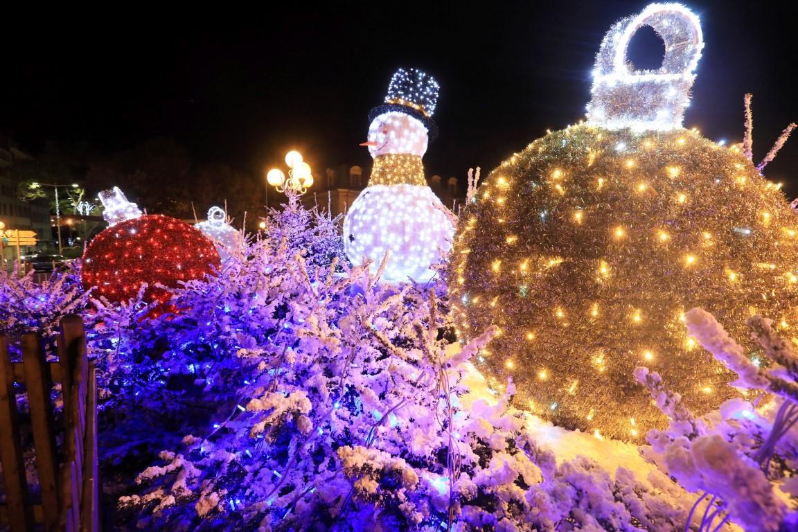 """La place d'Armes qui accueille pour la première fois """"Albert"""", le bonhomme de neige scintillant."""