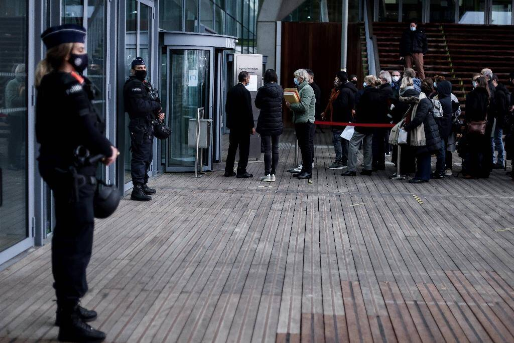 Des policiers belges montent la garde à l'entrée du palais de justice d'Anvers, le 27 novembre 2020