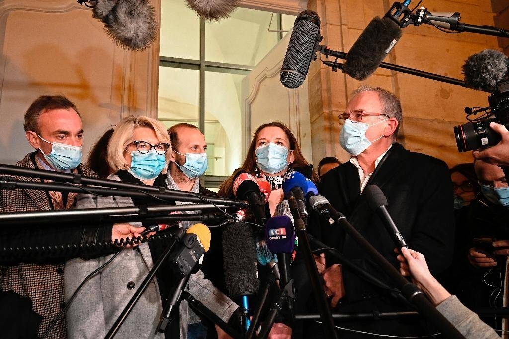 Les proches d'Alexia Daval (de G à D:) la mère Isabelle Fouillot (2è g), Gregory Gay (c) le beau-frère, la soeur Stéphanie Gay (2è d) et le père Jean-Pierre Fouillot (d), répondent à la presse devant le tribunal à Vesoul, le 21 novembre 2020