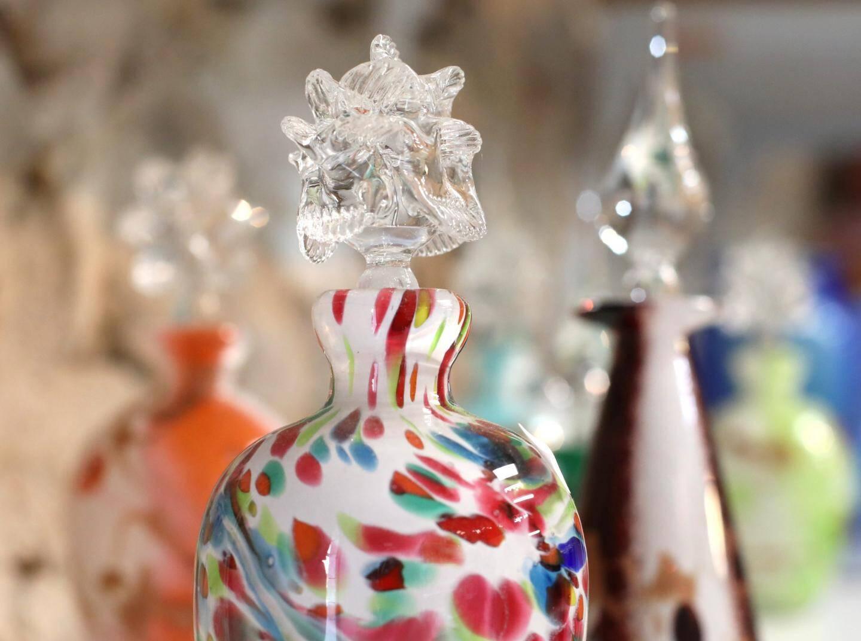 Une création du souffleur de verre Léonard Fine.   Leonard Fine soufleur de verre avec ses creatiosn ( pas d'images en action car fours eteints en hiver )