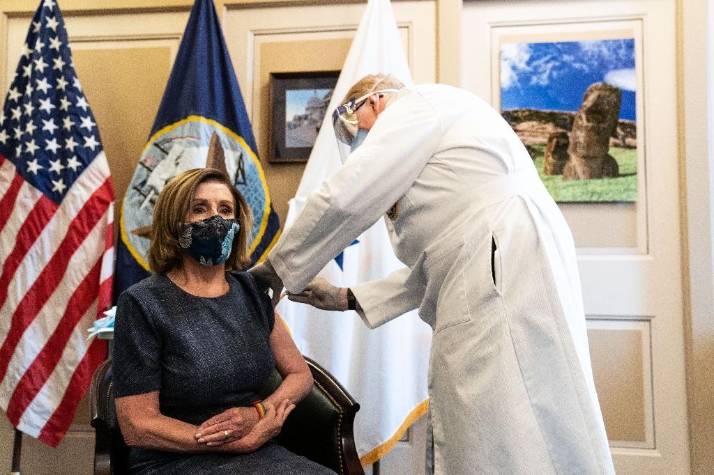 La cheffe des démocrates au Congrès, Nancy Pelosi, se fait vacciner à Washington, le 18 décembre 2020