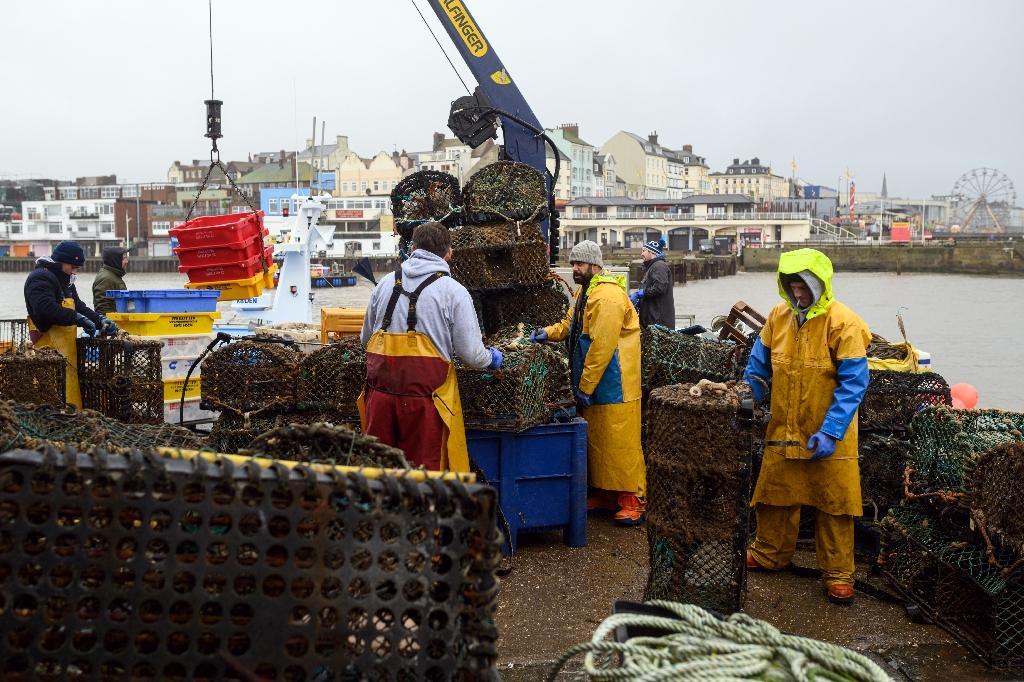 Des pêcheurs se préparent à une sortie en mer à Bridlington (nord-est de l'Angleterre), le 11 décembre 2020