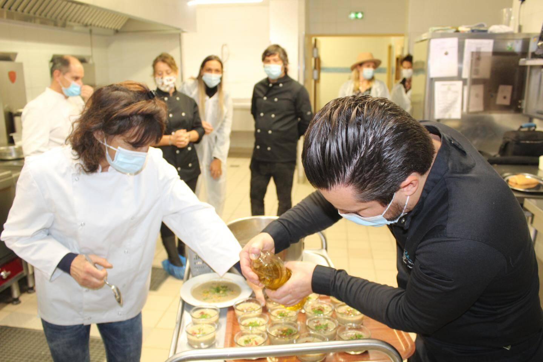 L'huile d'olive, dernière touche avant la dégustation.