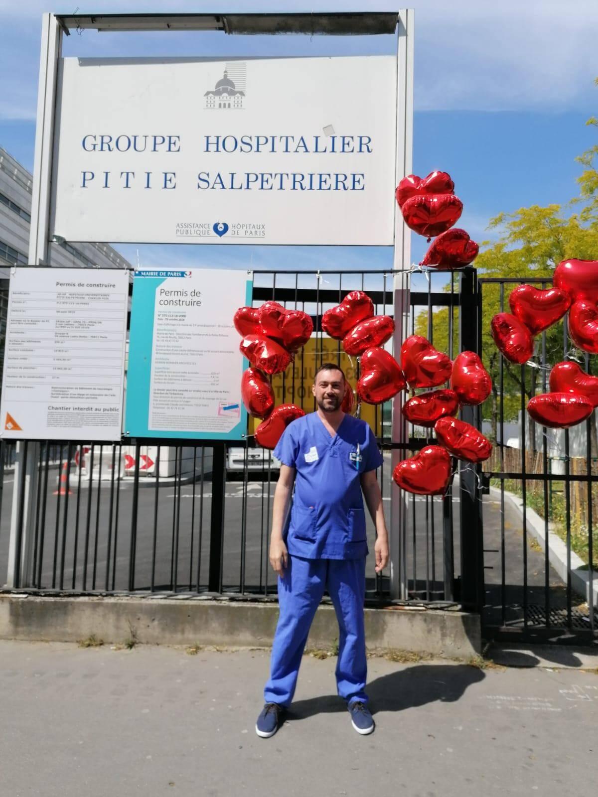 Sylvain devant la Pitié-Salpétrière.(DR)
