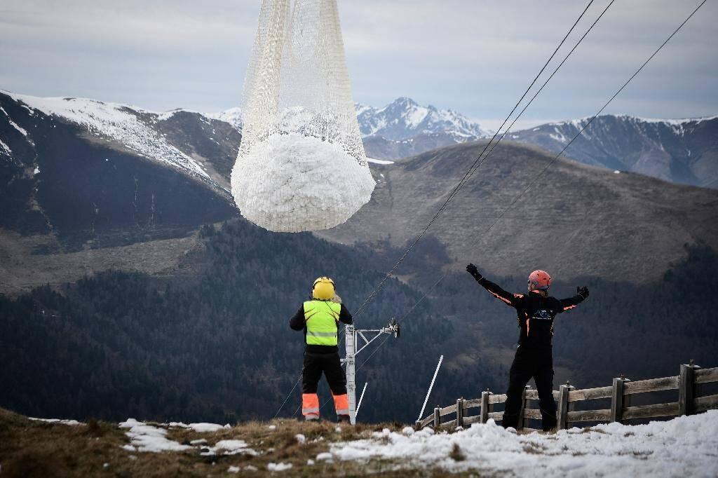 De la neige artificielle est apportée sur les pistes de ski de Superbagnères, le 15 férier 2020