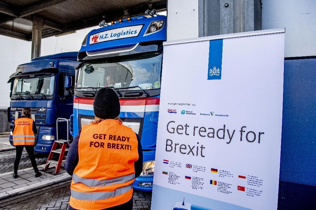 Sur le port de Rotterdam, aux Pays-Bas, une campagne de sensibilisation à l'approche du Brexit est menée à l'attention des transporteurs routiers, le 1er décembre 2020