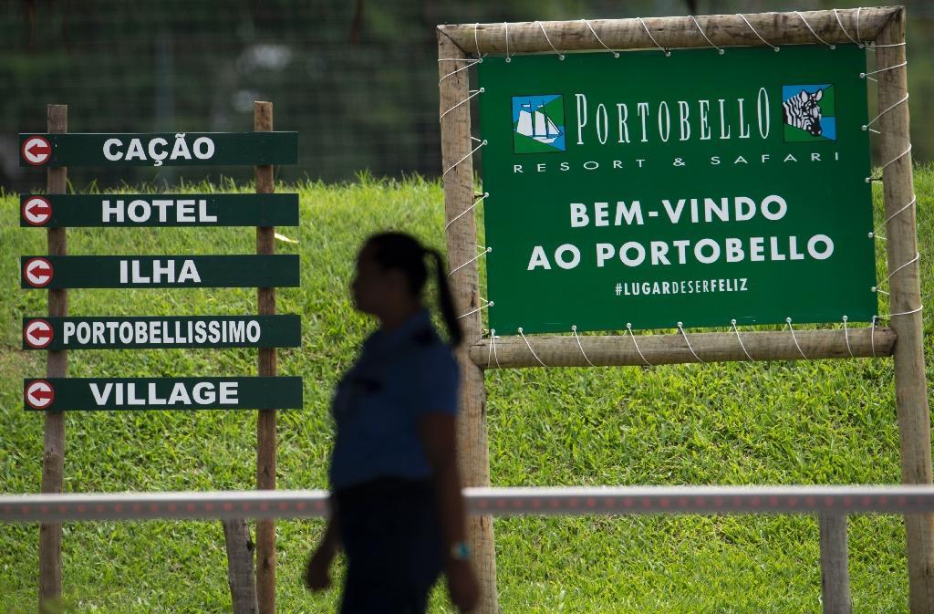 Une femme passe par l'entrée principale de Porto Bello où le Brésilien Neymar possède une villa luxueuse, à Mangaratiba, à 130 km de Rio de Janeiro, le 4 mars 2018