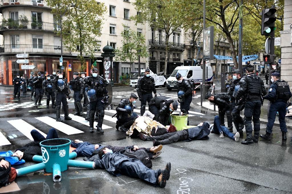 Extinction Rebellion accuse le président Macron de ne pas vouloir reprendre les propositions de la Convention citoyenne pour le climat, à Paris le 13 octobre 2020