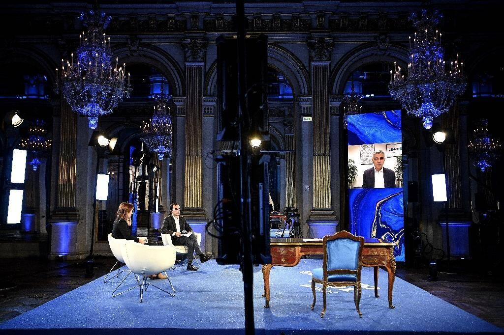 Le maire de Londres Sadiq Khan intervient à distance lors d'une vidéoconférence à la mairie de Paris pour marquer le 5e anniversaire de l'Accord de Paris sur le climat