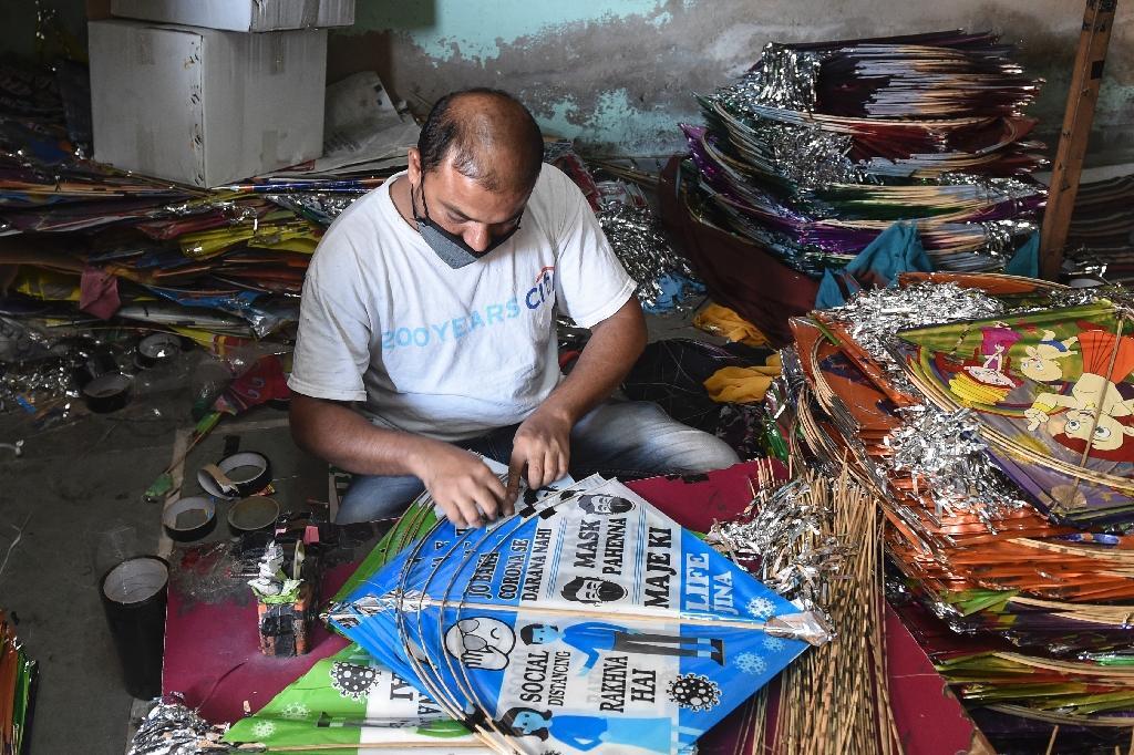 Un fabricant de cerfs-volants faisant figurer des recommandations sanitaires sur ses engins travaille dans un atelier d'Ahmedabad (Inde) le 7 décembre 2020