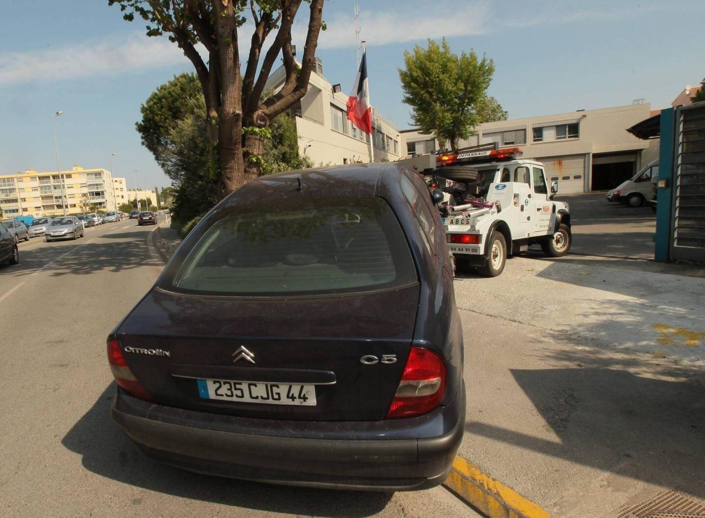 La voiture de Xavier Dupont de Ligonnès a été retrouvée sur le parking de l'hôtel Formule 1 de Roquebrune-sur-Argens, au bord de l'autoroute A8, à la mi-avril 2011. (Photos Patrick Clementé, DR)