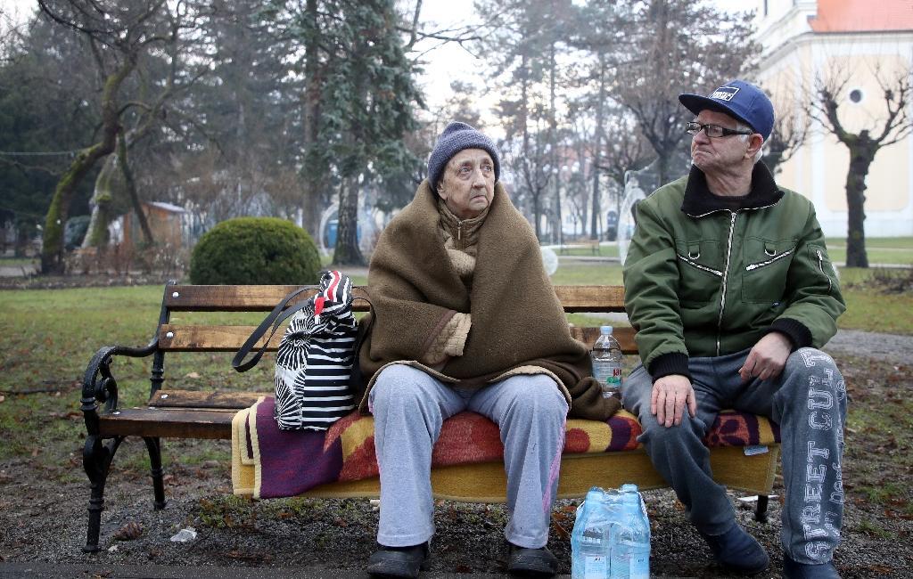 Marica Pavlovic et son mari Tomislav demeurent mercredi 30 décembre 2020 sur un banc de Petrinja, au sud de Zagreb, car ils ne peuvent pas retourner dans leur maison, au lendemain du séisme de magnitude 6,4 qui a touché la région mardi
