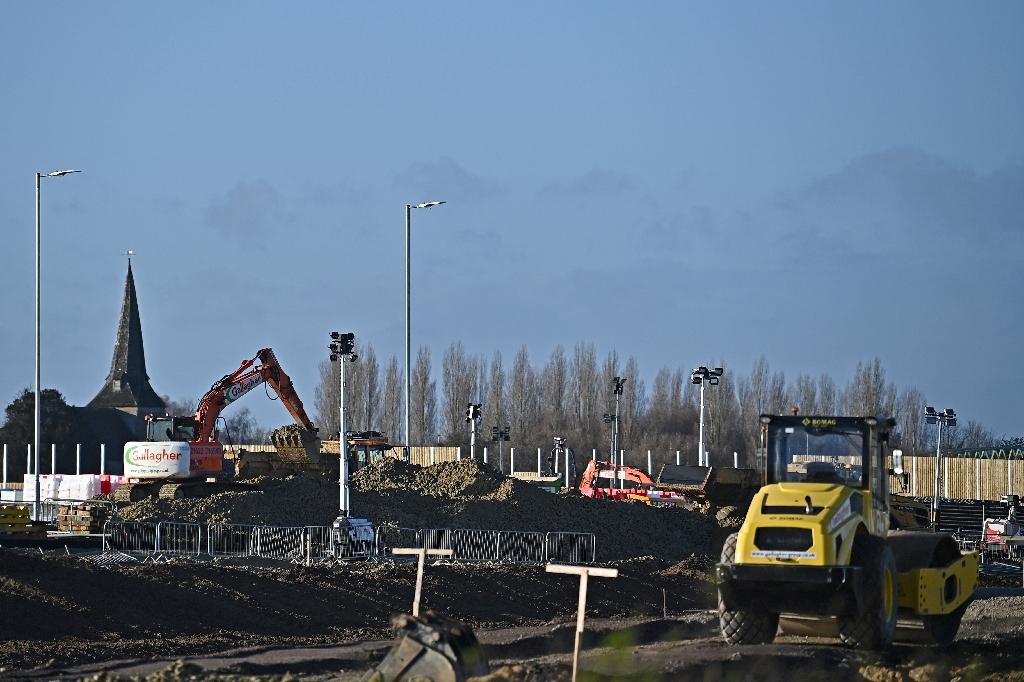 Des travaux en vue de la construction d'un parking pour camions près d'Ashford (Grande Bretagne) le 17 décembre 2020