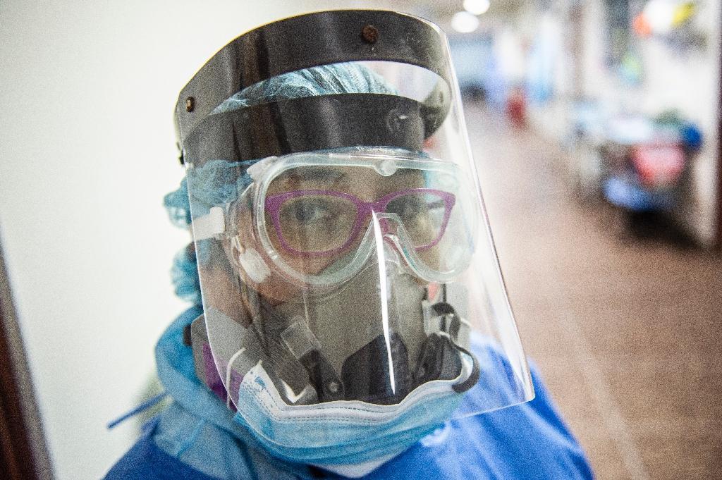 Une soignante de l'unité de soins intensifs de l'hôpital Alberto Sabogal Sologuren, à Lima, le 11 décembre 2020