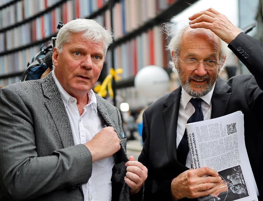 Kristinn Hrafnsson (g), rédacteur en chef de WikiLeaks, et John Shipton, le père de Julian Assange, à Londres, le 7 septembre 2020