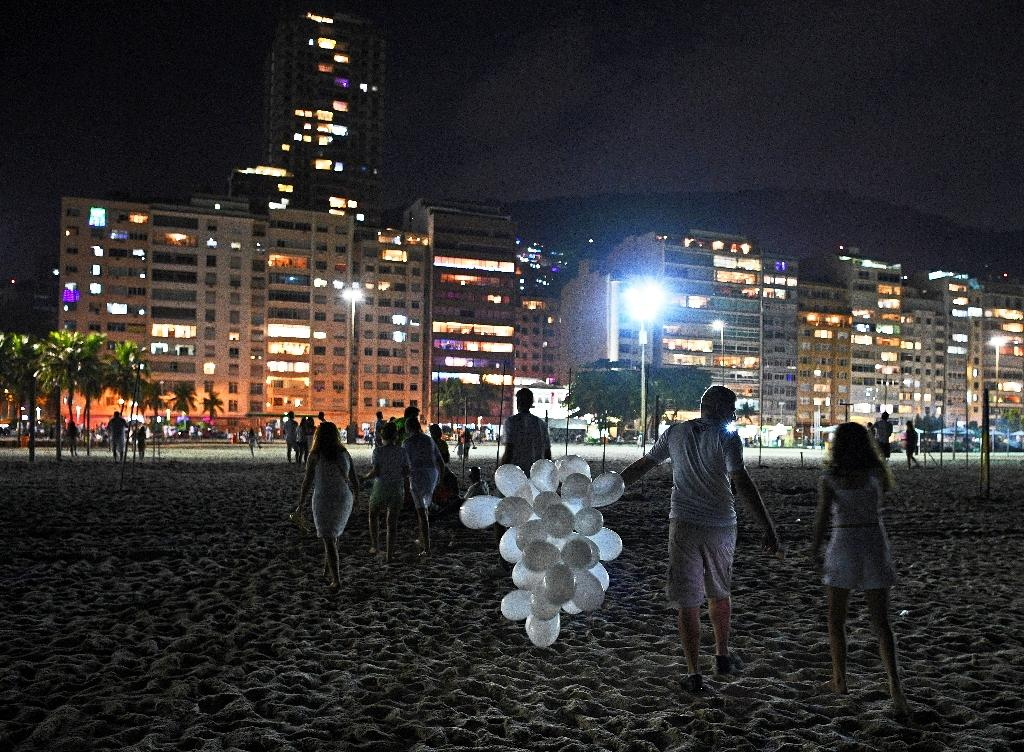 De rares Brésiliens sur la plage de Copacabana, à Rio de Janeiro, le 31 décembre 2020. usual swarms of revelers kept away by police because of the pandemic -- and pot-banging protests against far-right President Jair Bolsonaro.