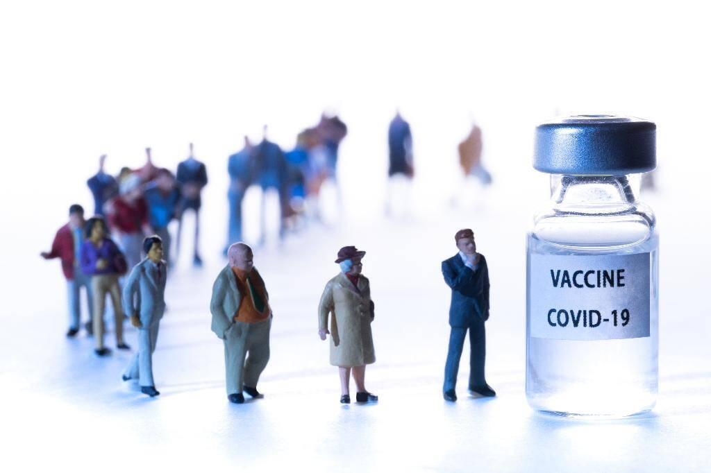 """La France reçoit pour l'instant """"500.000 doses par semaine"""" du premier vaccin autorisé en Europe, celui de Pfizer/BioNTech et le gouvernement prévoit de recevoir 500.000 doses par mois du vaccin Moderna, qui pourrait être autorisé mercredi par l'agence européenne du médicament (EMA)"""