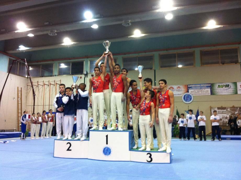 Lors de la compétition par équipes, les gymnastes antibois (en rouge) sont grimpés sur la première et la troisième marche du podium. C'est la Grande-Bretagne qui s'intercale en seconde position.(DR)