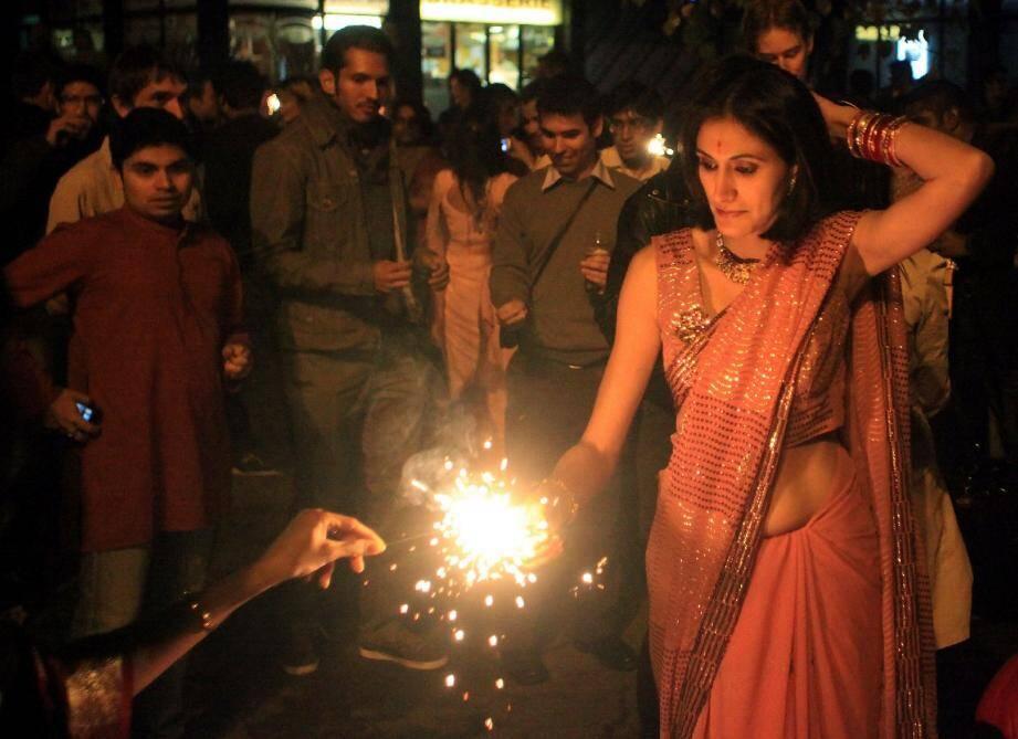 Fin octobre, place Bermond. Pour se réunir et faire participer les occidentaux à la grande fête indienne Diwali, l'équipe du restaurant Havelie (à gauche) et Riviera Namaste avaient allumé bougies et feux d'artifice, en compagnie d'une centaine de personnes.(Photos Cyril Dodergny)