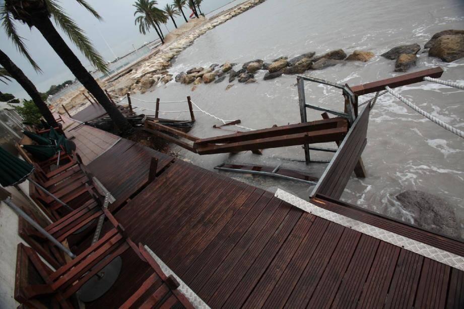 Des établissements du bord de mer ont été touchés, comme « Chez Panisse ». Cinq embarcations ont été endommagées par les flots déchaînés.