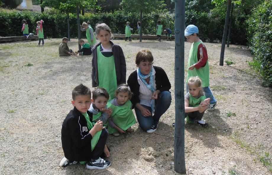Dans les jardins du MIP, les enfants sont partis à la découverte des oiseaux et de leur environnement.