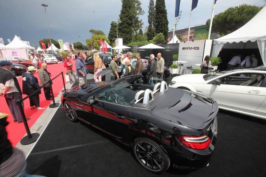 À gauche : le stand Mercedes présente le nouveau SL 500 Roadster : 435 chevaux pour 124 900 € ! À droite : la petite Twizy de Renault, à mi-chemin entre le scooter et la petite voiture. Elle roule à l'électrique.
