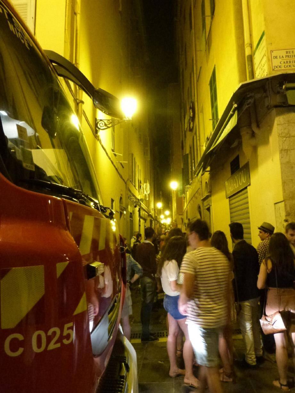 Le feu qui a léché mardi soir la façade d'un immeuble, rue Benoît-Bunico, a suscité une intervention massive au milieu d'une foule de badauds.