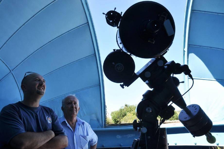 De nombreux télescopes de pointe permettent d'observer les étoiles et les planètes du système solaire à toute heure de la journée. A l'entrée, un immense cadran solaire accueille les visiteurs.