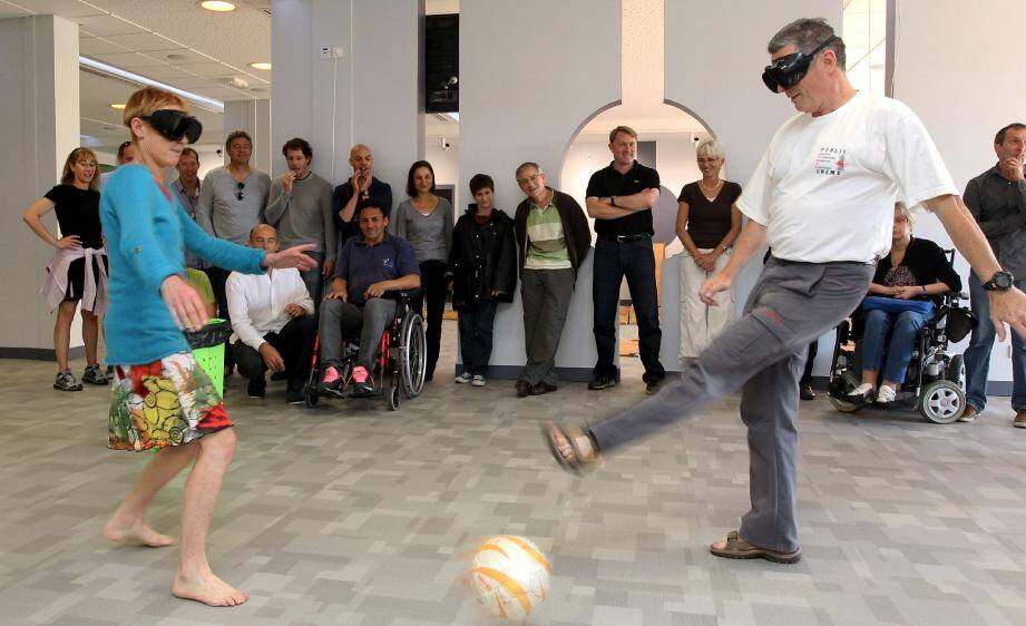 Les professeurs s'essayent au céci-foot, une discipline où l'on joue les yeux bandés, guidé par les grelots du ballon et ses coéquipiers.