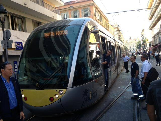 Le tramway percutée par un camion ce mardi matin à Nice.