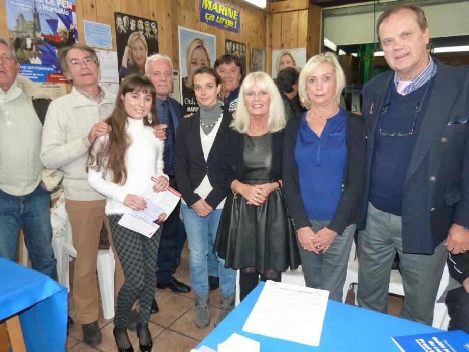 Une partie des militants du Rassemblement Bleu Marine réunis autour de Robert Crépin.