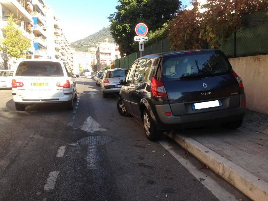 Les exemples de stationnement anarchique ne manquaient pas hier matin. Et pourtant, il paraît que ce n'est rien en comparaison de la zizanie qui règne les dimanches soir.