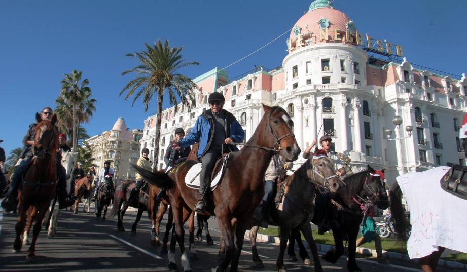 manifestation cavaliers chevaux equitaxe nice promenade des anglais 131201