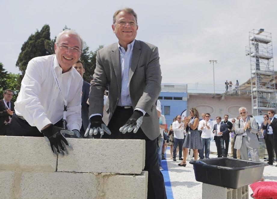 Le maire d'Antibes, Jean Leonetti, a posé la première pierre de l'hôtel avec le président du groupe Parques Reunidos, Yann Caillière (à droite).