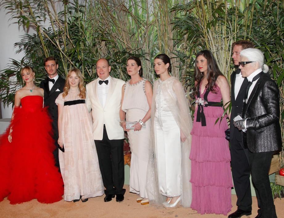 De ses fils Pierre et Andréa accompagnés par leurs épouses respectives, Béatrice et Tatiana. Ainsi que du grand couturier Karl Lagerfeld.