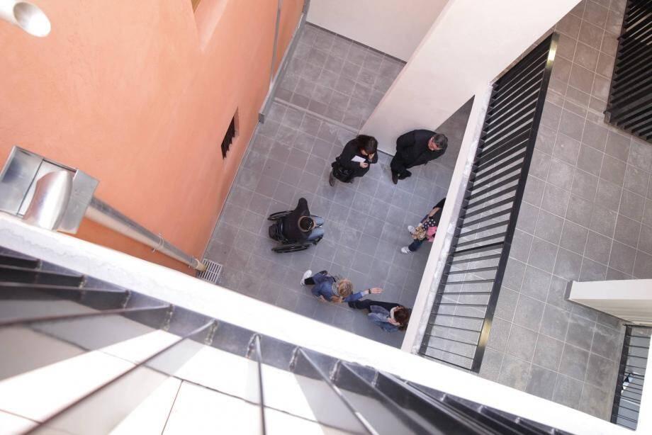 Dans l'un des bâtiments, le hall est à ciel ouvert.