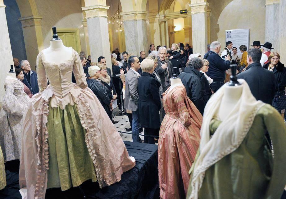 Des costumes prestigieux mis en valeur dans les très beaux salons de la villa Aurélienne.