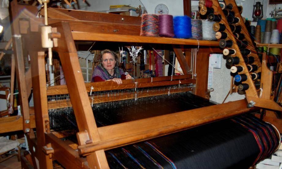 Valérie Frérot, tisserande et maître artisan d'art, ici sur son métier à bras.