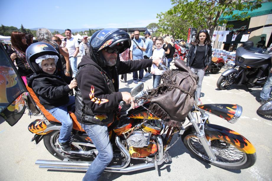 à motos ou à bord des trucks rutilants à la mode américaine, les enfants ont multiplié les tours, hier, sur le Pré-des-Arts. Une journée mémorable organisée par les Harley du Cœur et leur président Claude Abejean.