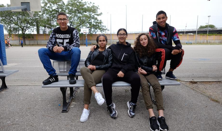 Illan, Sarah, Fatima, Rania et Naïm. Cinq jeunes dans le vent.