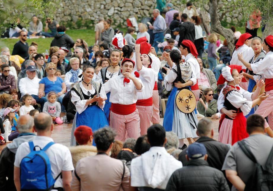 C'est parti pour un mois de festivités dans les jardins des Arènes et dans certains quartiers. Au programme : chants et danses, traditions comme le paillassou volant ou le populaire balèti.