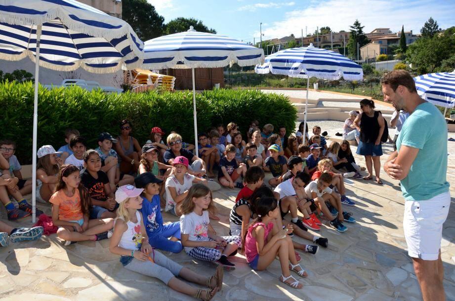 « Qui sait mettre la tête sous l'eau ? » Alain Bernard, le double champion olympique, a passé un bon moment avec les enfants avant de dédicacer un par un leur diplôme.