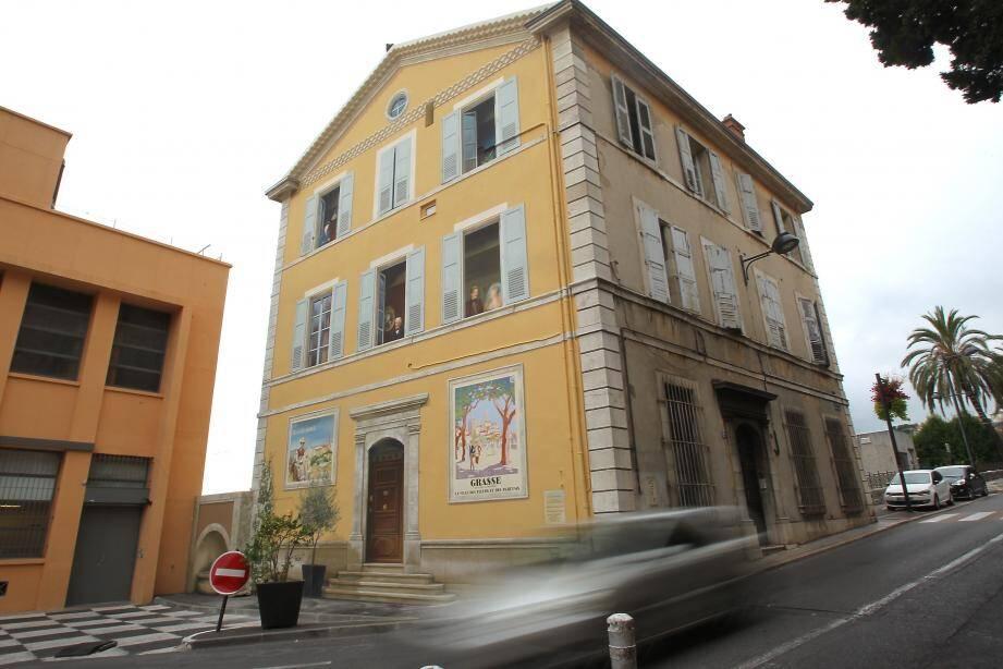 """C'est en octobre 2013 que les « locataires » se sont installés sur la façade de la """"Villa Couderc"""", grâce aux coups de pinceaux des artistes de 7e sens."""