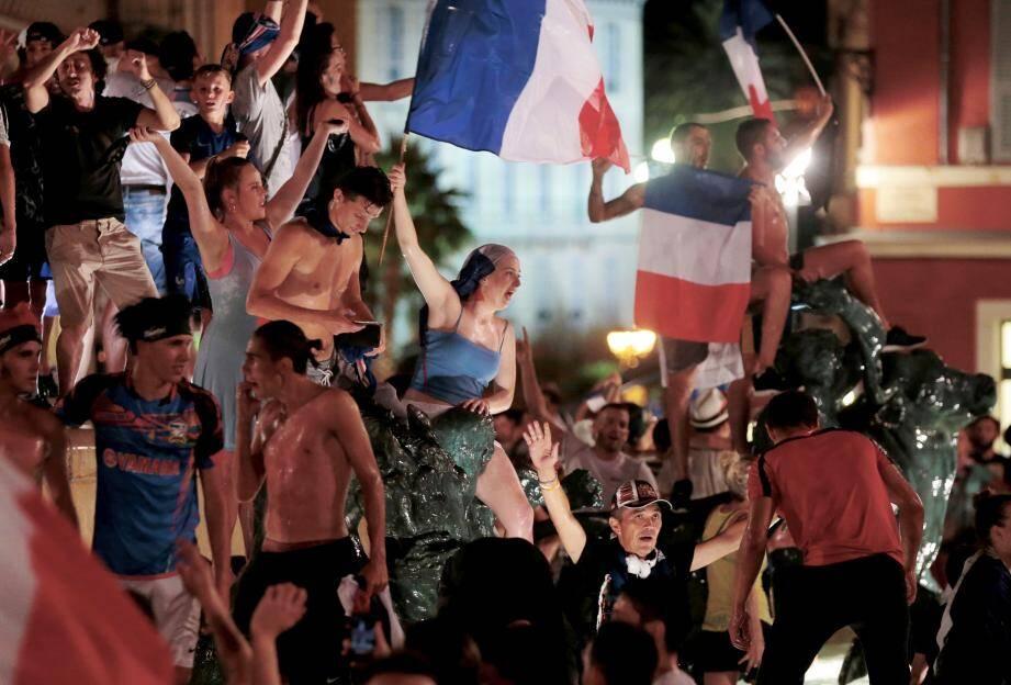 Ambiance de folie dans les rues de Nice après la victoire des Bleus face à l'Allemagne