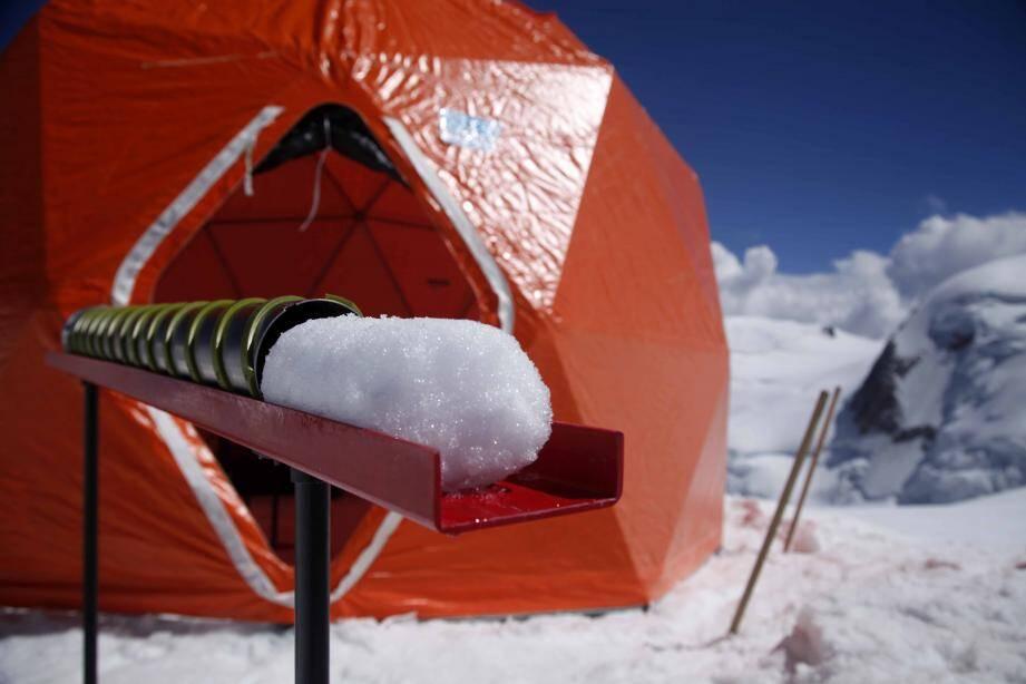 La chaîne du froid doit être préservée jusqu'en Antarctique. Les prélèvements vont être stockés dans une cave naturelle, à -54°. Avec la fonte des glaciers, ce sont des pages uniques de l'histoire de notre environnement qui disparaîtront à tout jamais au Mont-Blanc.(© Sarah Del Ben / Wild Touch / Fondation UGA)
