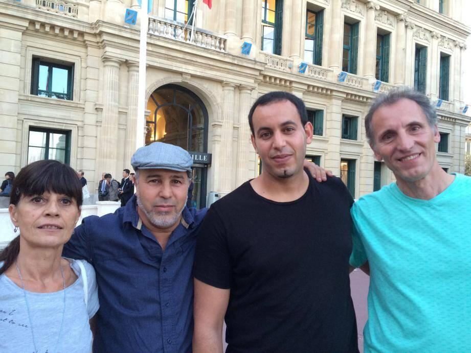 Fabienne et Patrice entourent leurs sauveurs Jamel et Mohamed.