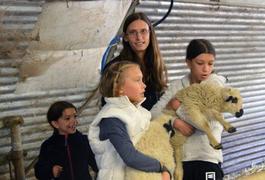 Quel plaisir de tenir dans ses bras les jolis agneaux au pelage très doux.